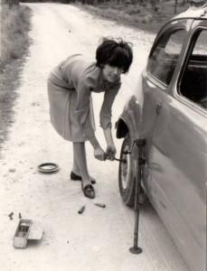 Cambiando una rueda, 1967 (Francis, Cronicae.com  2012)