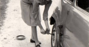 Cambiando una rueda, 1967 (Franci, Cronicae.com 2012)